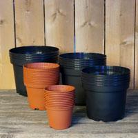 Runda plastkrukor i kraftig och väderbeständig kvalitet.