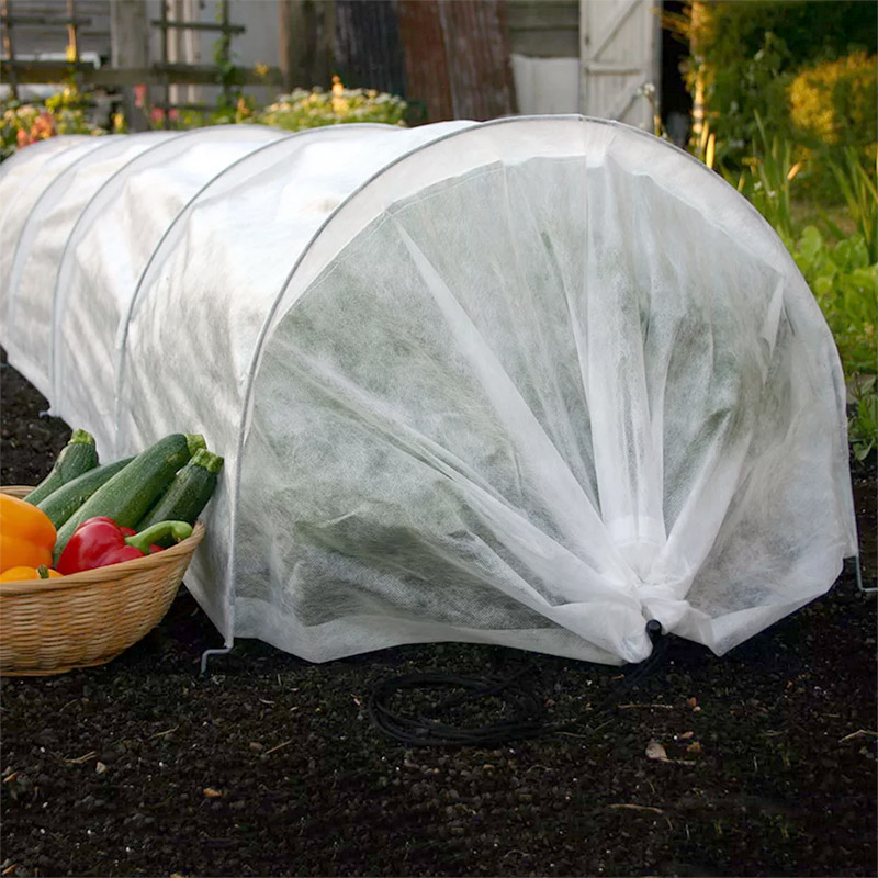 Odlingstunnel med fiberduk för odling av grönsaker