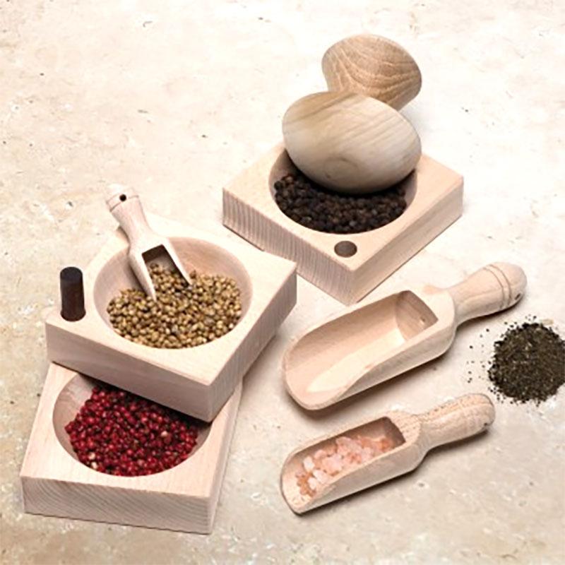 Set med mortel, kryddskålar och skopa i FSC-odlat trä