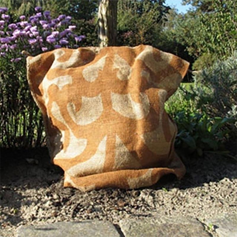 Mönstrad jutesäck för vinterskyddd av växter.