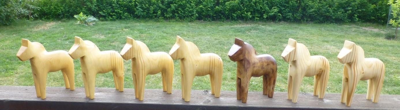 Snidade trähästar av Anders Teo