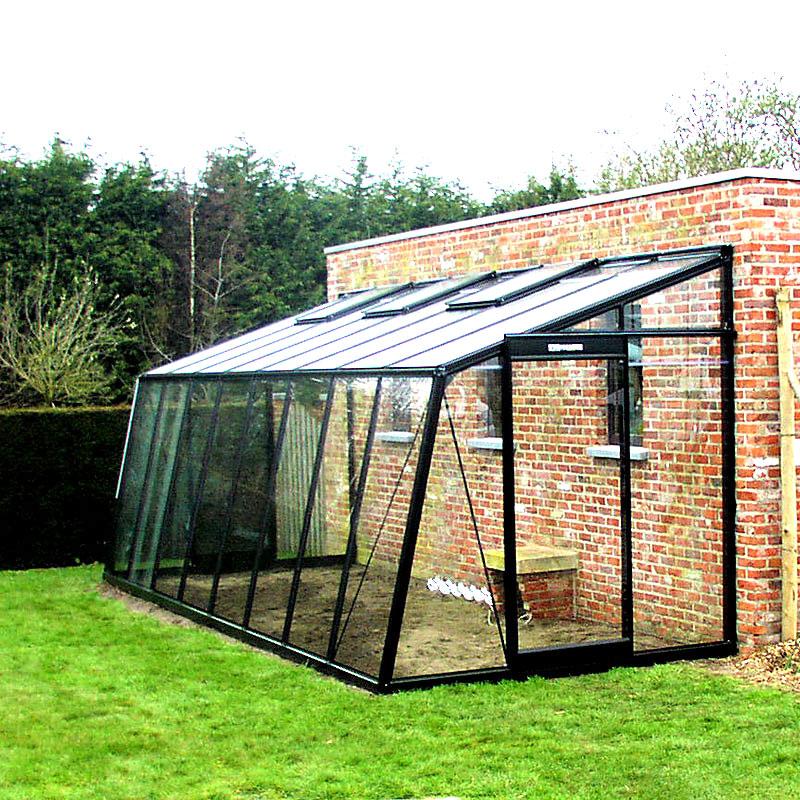 Svartlackat väggväxthus i aluminium med snedställd långsida