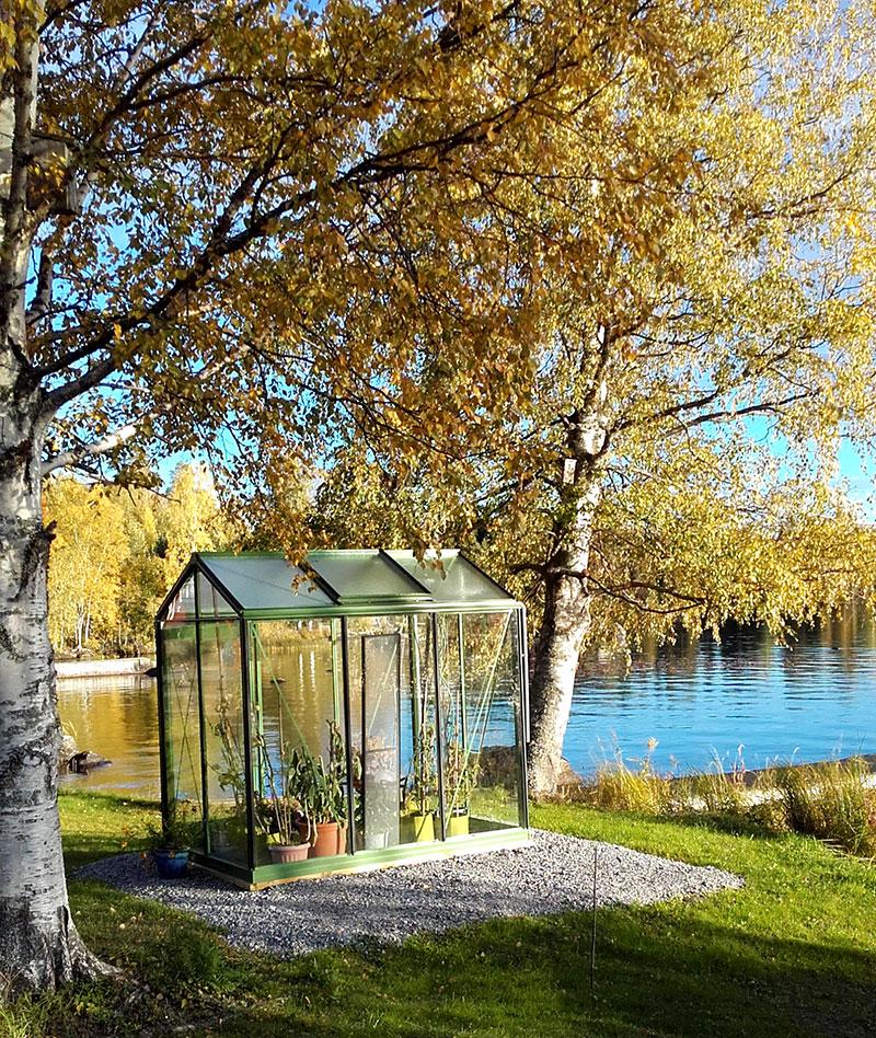 Växthus Piccolo 3 i färg RAL 6011 vid sjö