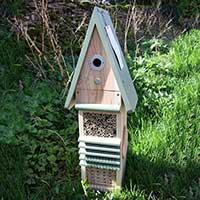 Insektshotell och fågelholk i en.