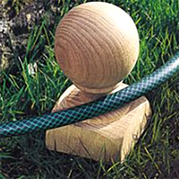 Slangpollare-Slangpollare, skydd för rabatten från vattenslangen