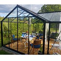 Växthus orangeri Helene inrett med matbord och soffgrupp