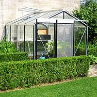 Växthus placerat mot vägg