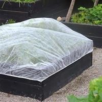 Fiberduk med resår för skydd av odling på pallkrage