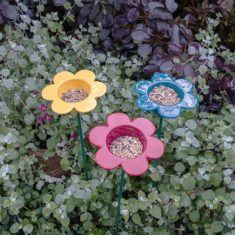Färgglada blommor i keramik för fågelmat
