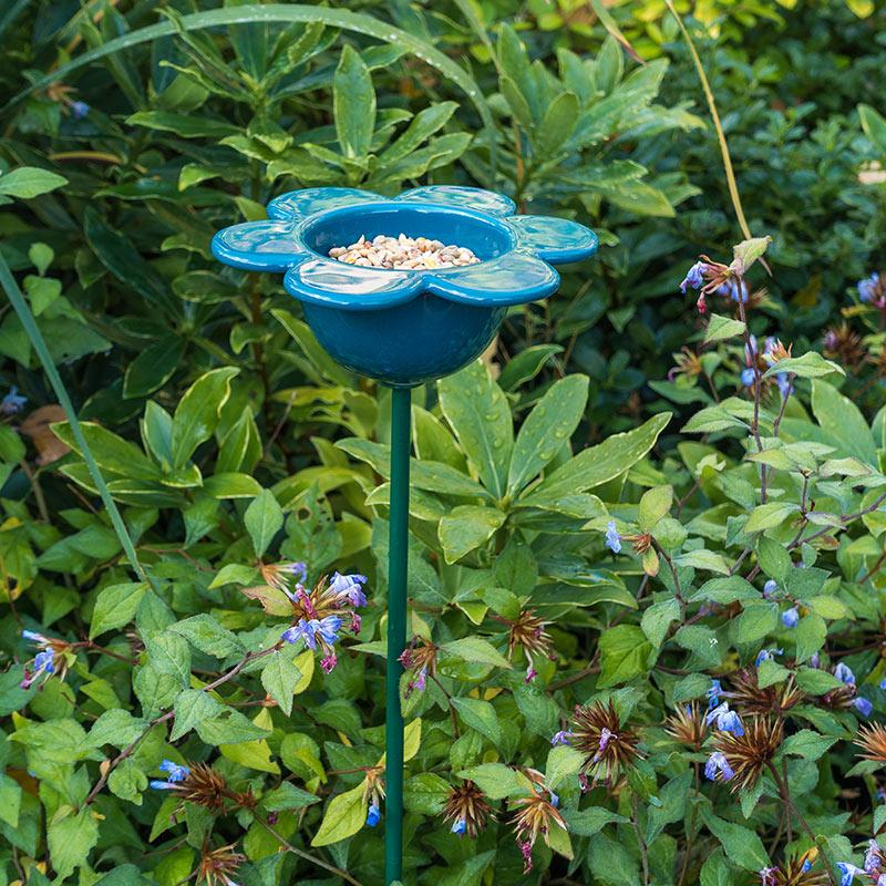 Fågelmatare med blå kronblad i keramik