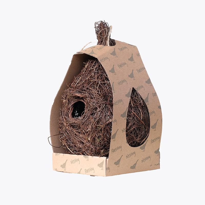 Stort fågelbo i rotting för småfåglar
