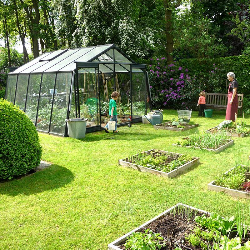 Miljöbild med odlingsväxthus Action 13'6 i grön pulverlack