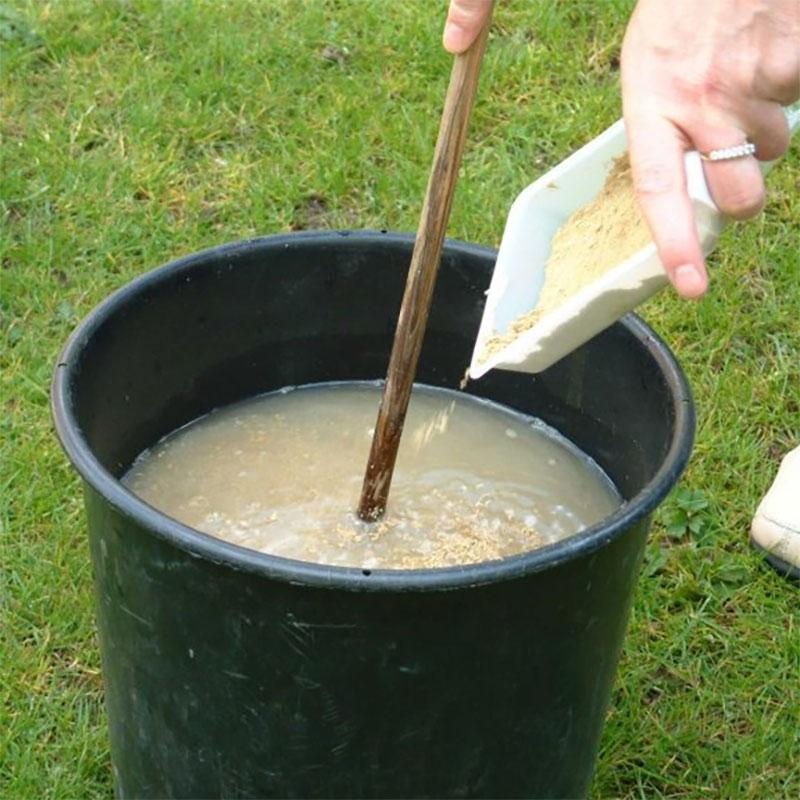 nematoder mot gräsmattelarver blandas i vatten