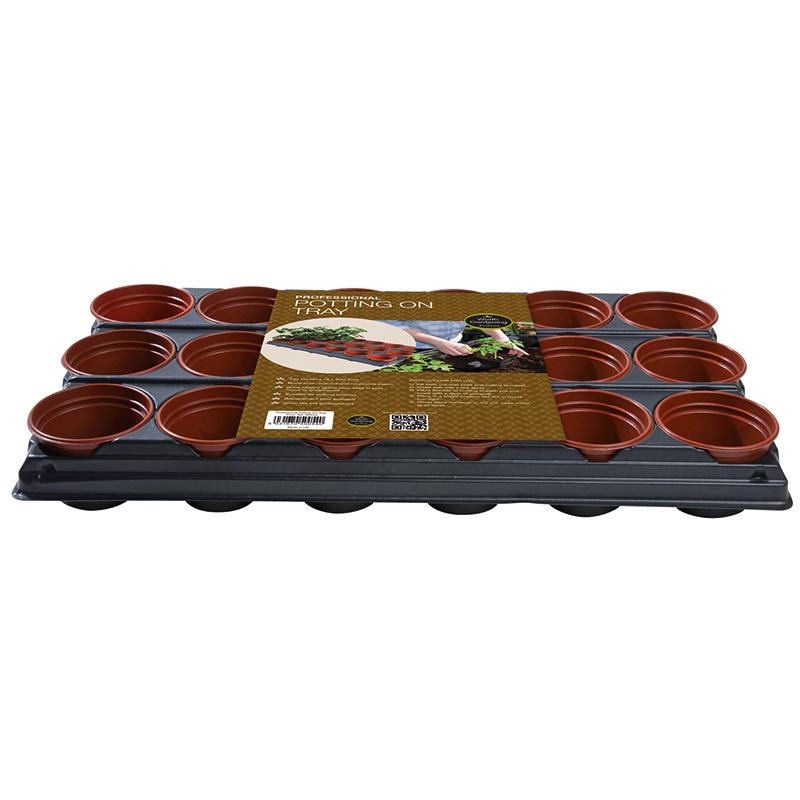 brätte med terrarkottafärgade plantkrukor