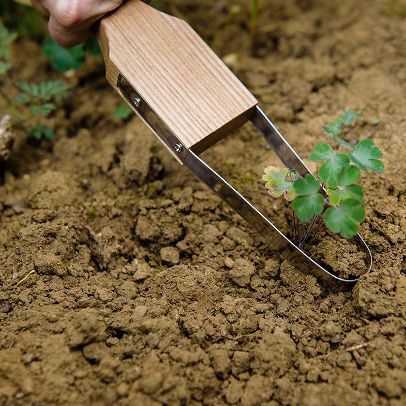 Rensverktyg med stålögla mot ogräs