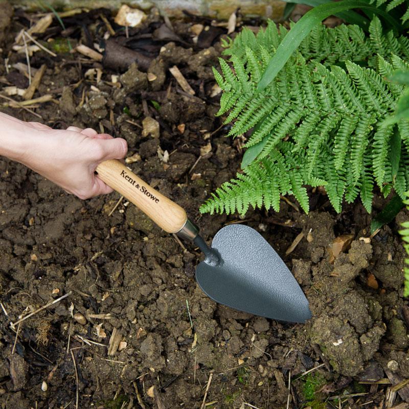 Robust handspade, idealisk för marker som är svårare att arbeta, såsom lera.