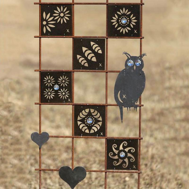 Dekorationsdelar som rostar till växtstöd i trädgården