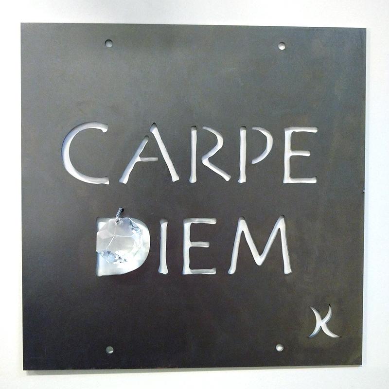 Trädgårdssmycket i rost med texten Carpe diem för växtstöd