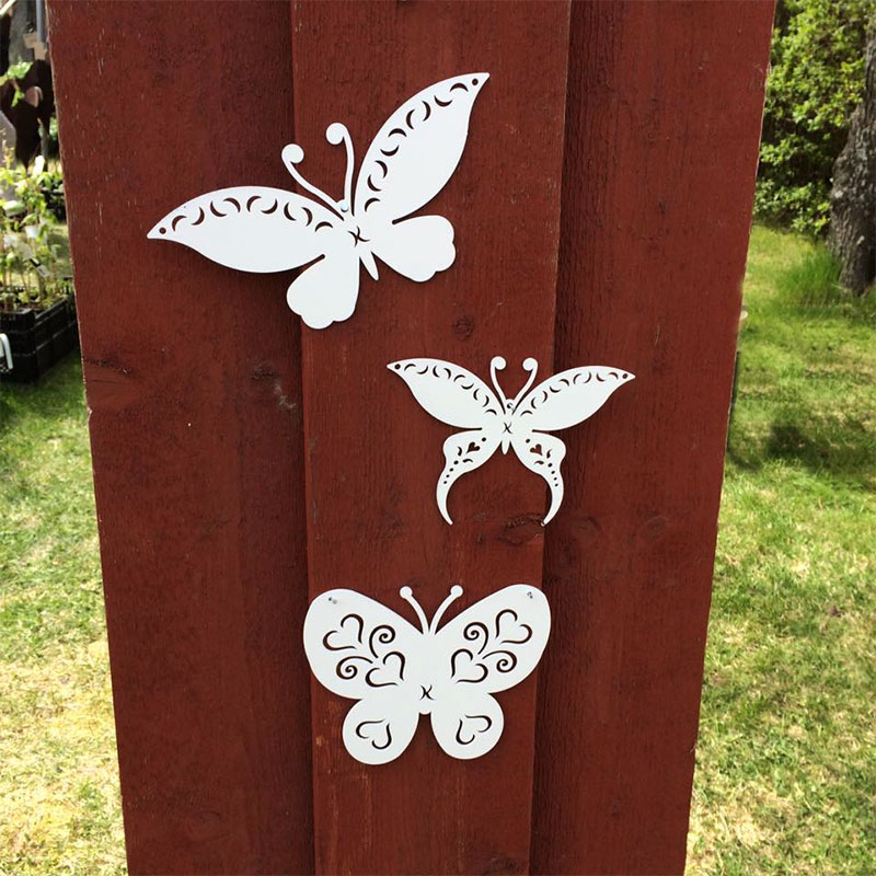 Trädgårdsmycke fjäril uppsatt på vägg