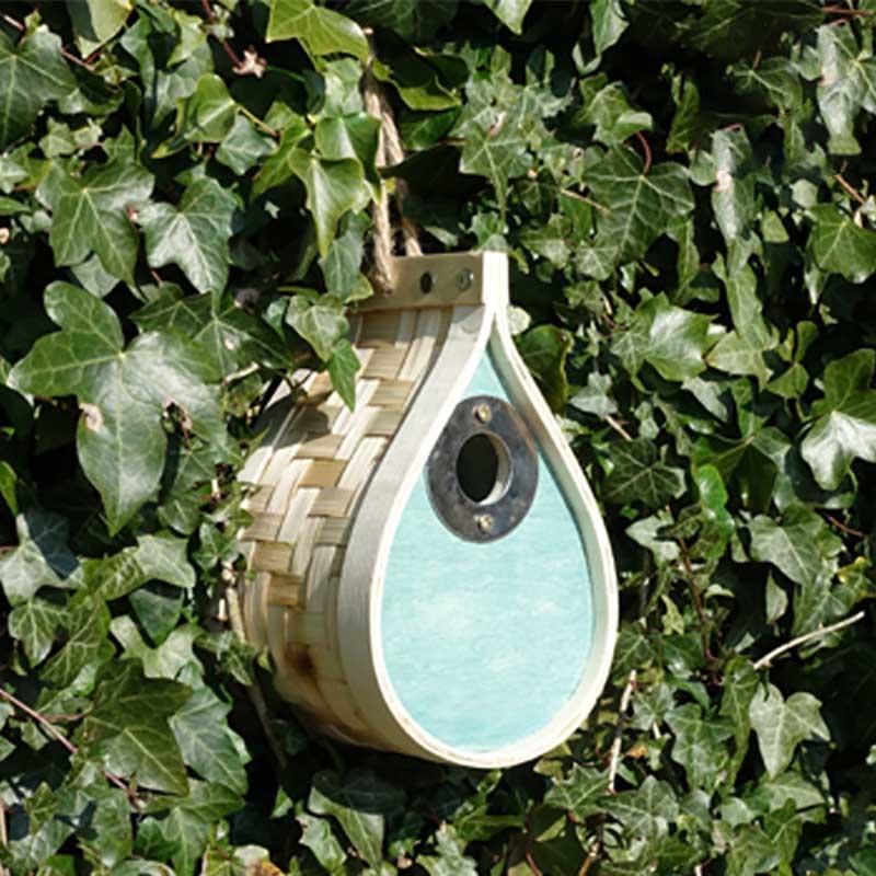 Tårformad fågelholk till trädgården