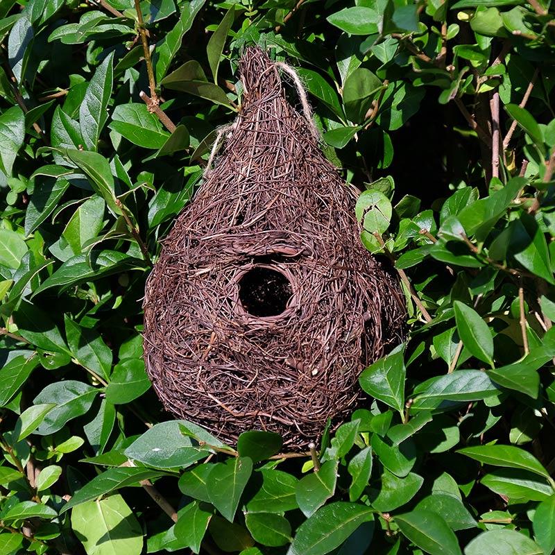 Stort fågelbo i rotting för övernattning, bo- och häckning
