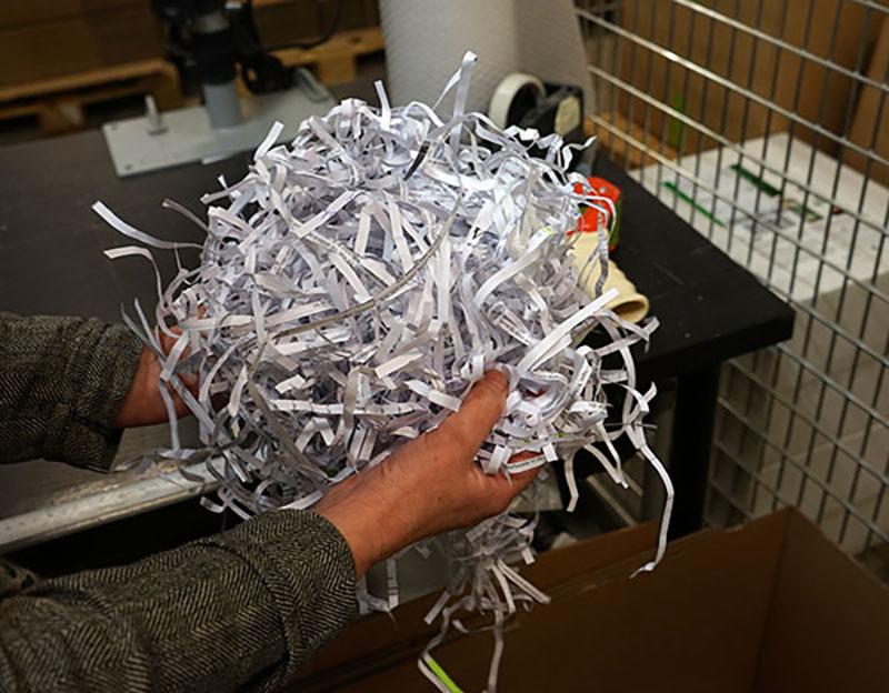 Återvunnet strimlat papper som stötskydd i våra paket
